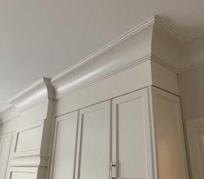 kitchen cabinets with luxury crown moulding trim