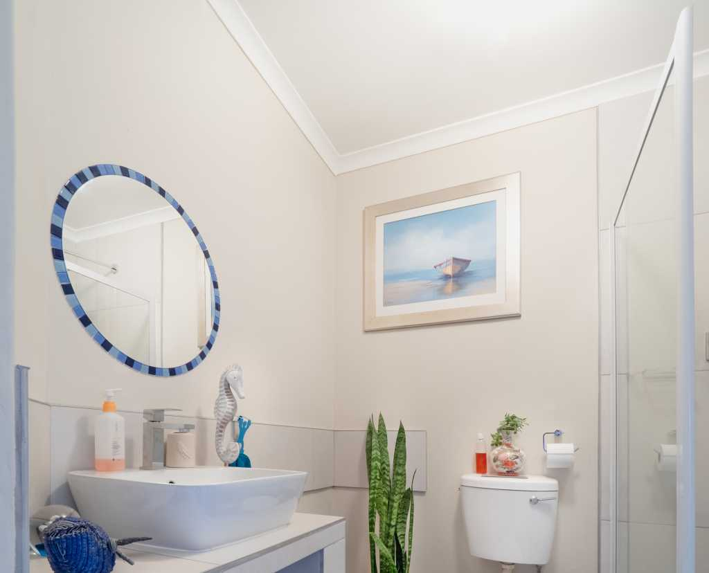 classic small bathroom with ceiling crown moulding